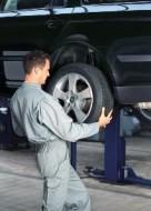 Jeżeli tył naszego samochodu pływa przy większych prędkościach, to czas wymienić tylne amortyzatory
