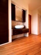 Duża zawartość kwasu krzemowego oraz naturalnych olejków sprawia, że podłoga wykonana z drewna tekowego jest odporna na wilgoć.