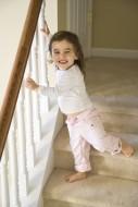 Rodzice są odpowiedzialni za bezpieczeństwo dziecka w domu, do nich też należy zabezpieczenie schodów przed dziećmi.