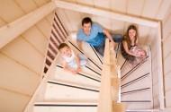 Pojawienie się dziecka w domu wiąże się z koniecznością zastosowania w mieszkaniu bądź w domu  zabezpieczeń różnych elementów, w tym schodów.