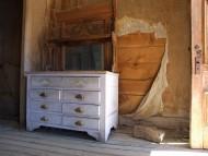 Stara szafa ozdobiona pomysłowo może nadać wnętrzu niepowtarzalnego charakteru i podkreślić gust właściciela.