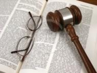 Pozew można złożyć w sądzie. W tym celu należy udać się do sądu właściwego. Następnie odnaleźć biuro podawcze.